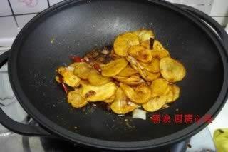 姜蒜 图解/5.锅中放油,爆香葱姜蒜;干辣椒后,倒入炸好的土豆片,调入15...