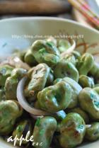 干锅洋葱爆蚕豆的做法