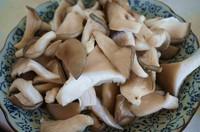姬菇炒腊肉的做法第2步图片步骤 www.027eat.com
