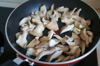 姬菇炒腊肉的做法第3步图片步骤 www.027eat.com