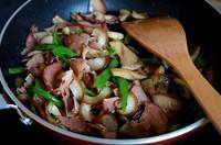 姬菇炒腊肉的做法第6步图片步骤 www.027eat.com
