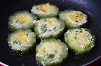 创意苦瓜煎蛋的做法第2步图片步骤 www.027eat.com