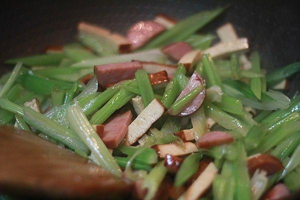 芹菜炒香干的做法第8步图片步骤 www.027eat.com