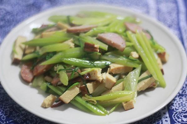 芹菜炒香干的做法图解,如何做,上班族快手菜:芹菜炒香干怎么做好吃详细步骤的做法