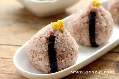 榨菜丝红米饭团的做法