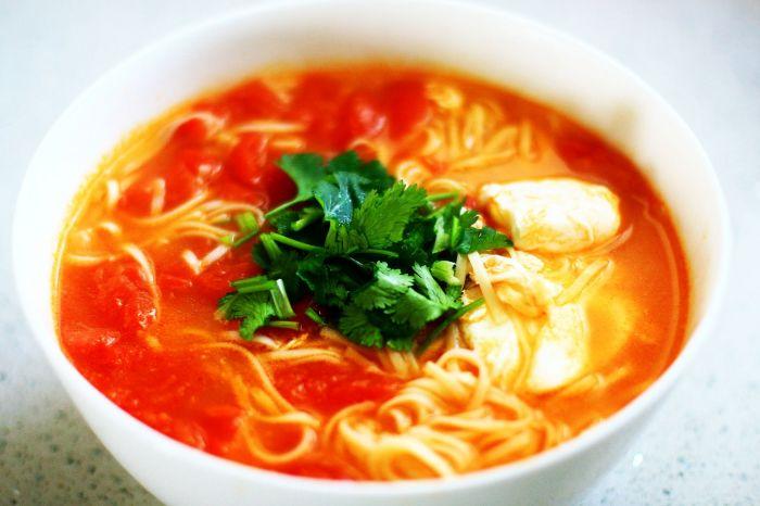 西红柿鸡蛋热汤面的做法