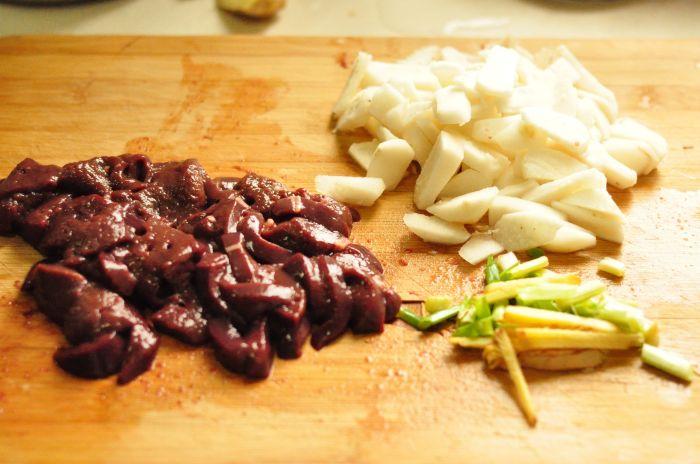 当归荸荠炒猪肝的做法第3步图片步骤 www.027eat.com