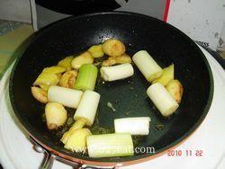 葱烧海参烩口蘑的做法第2步图片步骤 www.027eat.com