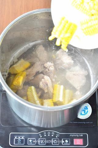玉米排骨汤的做法第4步图片步骤 www.027eat.com