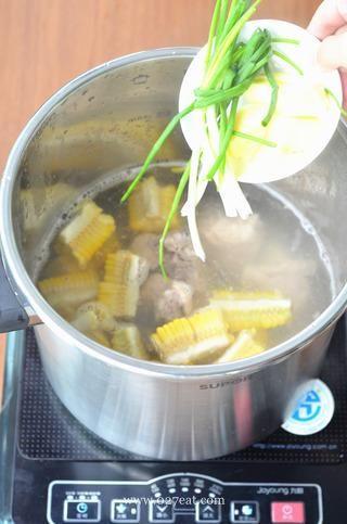 玉米排骨汤的做法第5步图片步骤 www.027eat.com