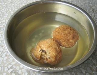 清淡猴头菇纯素汤的做法第2步图片步骤 www.027eat.com