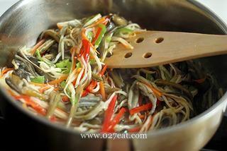 五彩鳝丝的做法第6步图片步骤 www.027eat.com