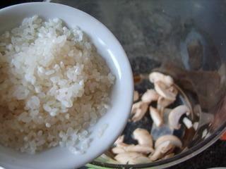 菌菇鲈鱼太极粥的做法第6步图片步骤 www.027eat.com